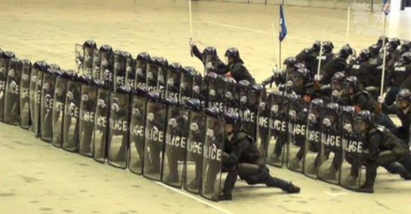 警察の機動隊の陣形